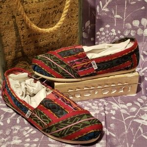 TOMS AZTEC MULTICOLORED CANVAS SLIP ONS SIZE 8.5